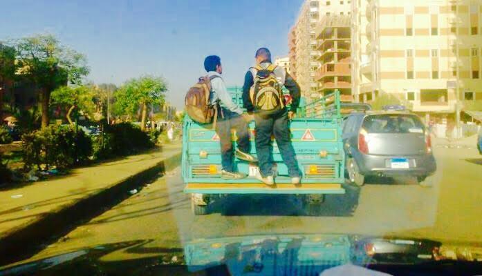 9 صور.. «ف الهوا».. مواطن يرصد «شحن» أطفال ومواطنين في وسائل نقل غير آدمية