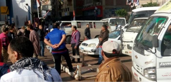 بالصور.. مواطنون يقطعون طريقا بالإسكندرية لدخول مياه الأمطار منازلهم 📷