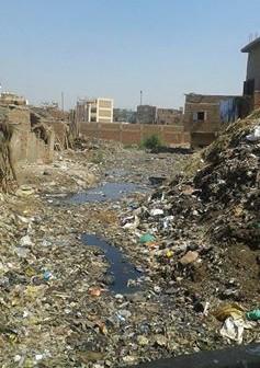 أهالي «أم دينار» لرئيس منشأة القناطر: مستنقعات القمامة والصرف تهدد حياتنا