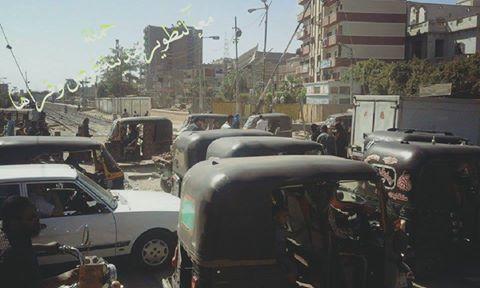 📷| أهالي قوص يحذرون من خطر الزحام على مزلقان المدينة