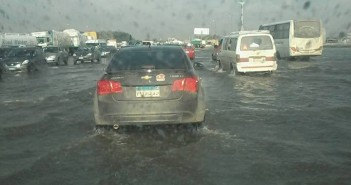 صور.. طريق القاهرة ـ الإسكندرية الصحراوي مازال غارقا في الأمطار