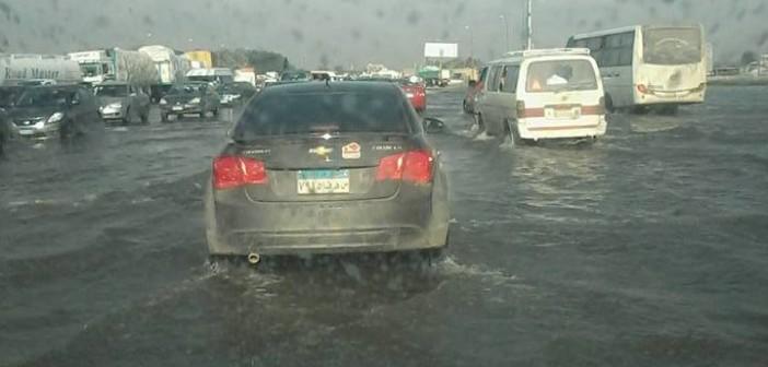 📷| بالصور.. طريق القاهرة ـ الإسكندرية الصحراوي مازال غارقا في الأمطار