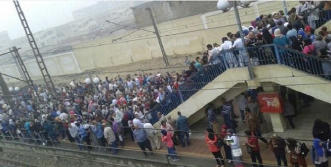بالصور.. تكدس ركاب المترو خلال توقف قطاراته ساعتين بسبب الأمطار  📷