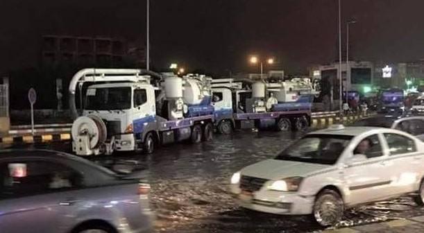 📷 انتشار سيارات شفط المياه في 6 أكتوبر لاحتواء أزمة الأمطار