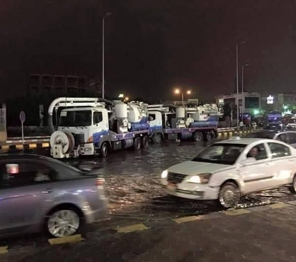 سيارات شفط المياه في ميدان الحصري بـ 6 أكتوبر لاحتواء أزمة الأمطار