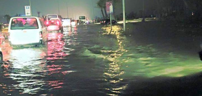 بالصور.. «6 أكتوبر» تلحق بالإسكندرية.. شلل مروري وتعطل وغرق سيارات قرب «هايبر وان» 📷