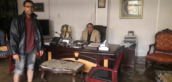 بالصور.. عميد آداب المنصورة في مكتبه الغارق بمياه الأمطار: «شعور جميل»