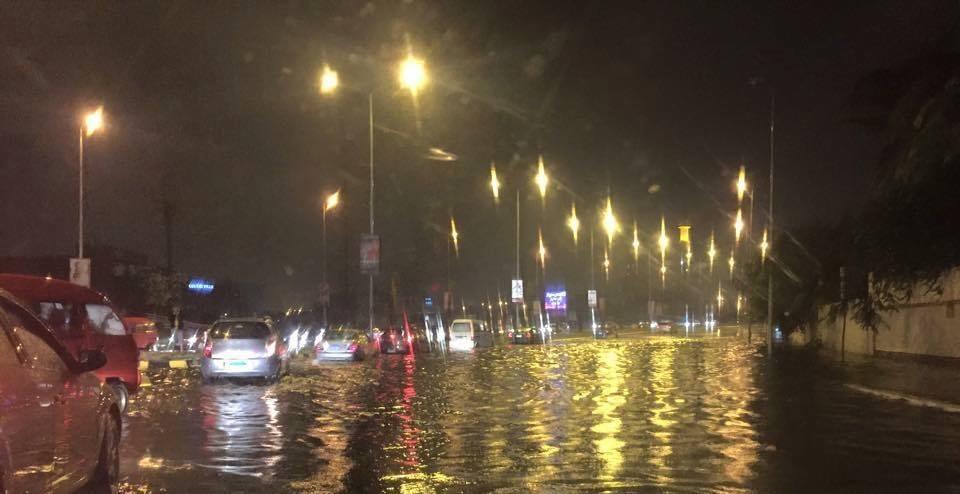 أمطار في الشيخ زايد.. وبطء في الحركة المرورية