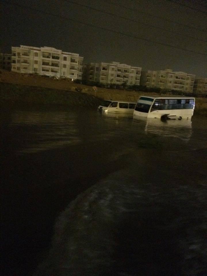 شلل مروري وتعطل وغرق سيارات قرب «هايبر وان» بعد سقوط أمطار في 6 أكتوبر