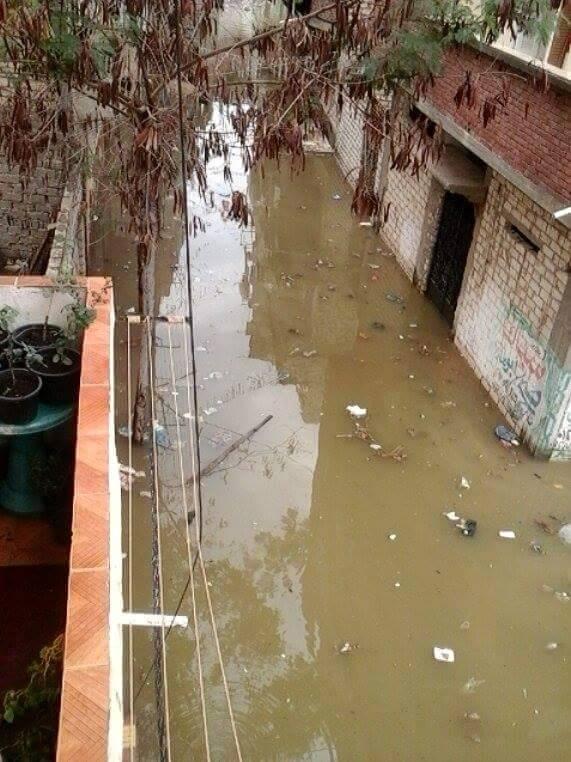 بالفيديو والصور.. ارتفاع منسوب ترعة النوبارية.. والأمطار تغمر شوارع بالعامرية