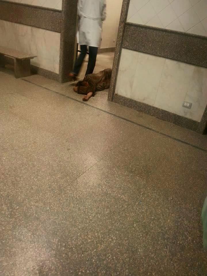 مأساة في المستشفى الميري.. مريض على الأرض ومُمرضة تمر بجواره دون نجدته