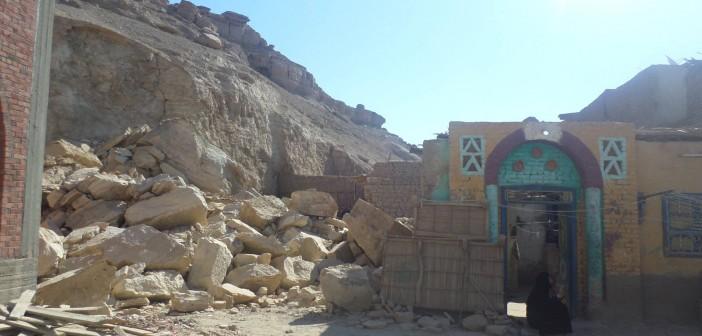 📷| لجنة للتحقيق في انهيارات إدفو الجبلية.. وإخلاء منزلين تعرضا للتصدع