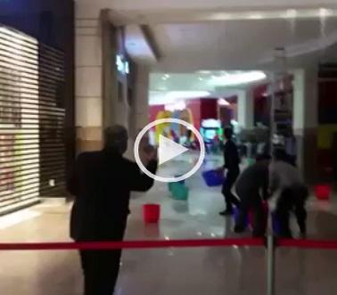 ▶| انهيار سقف مول تجاري في قطر بسبب الأمطار الغزيرة