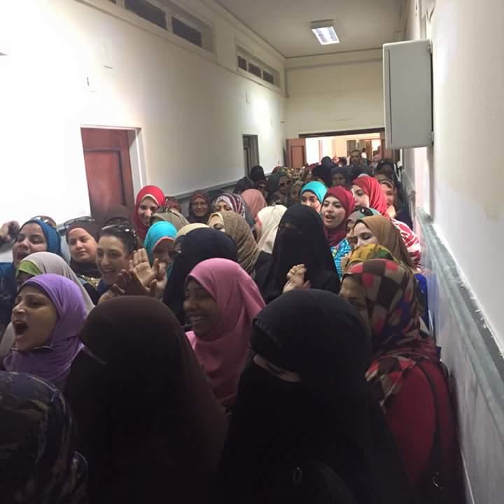 صور.. احتجاجات عاملات «النصر للبترول» ضد إلغاء «ساعة الأمومة»