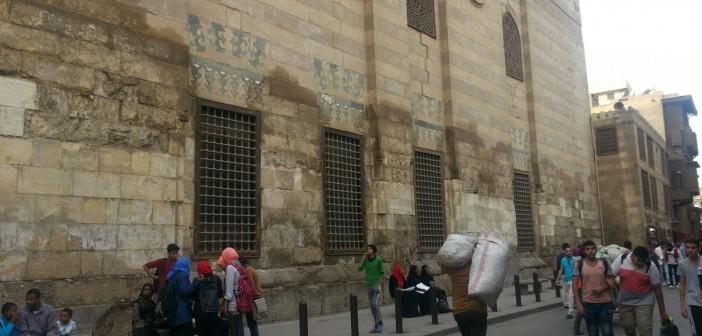 📷| بالصور.. الرطوبة تهدد آثار شارع المعز بالقاهرة