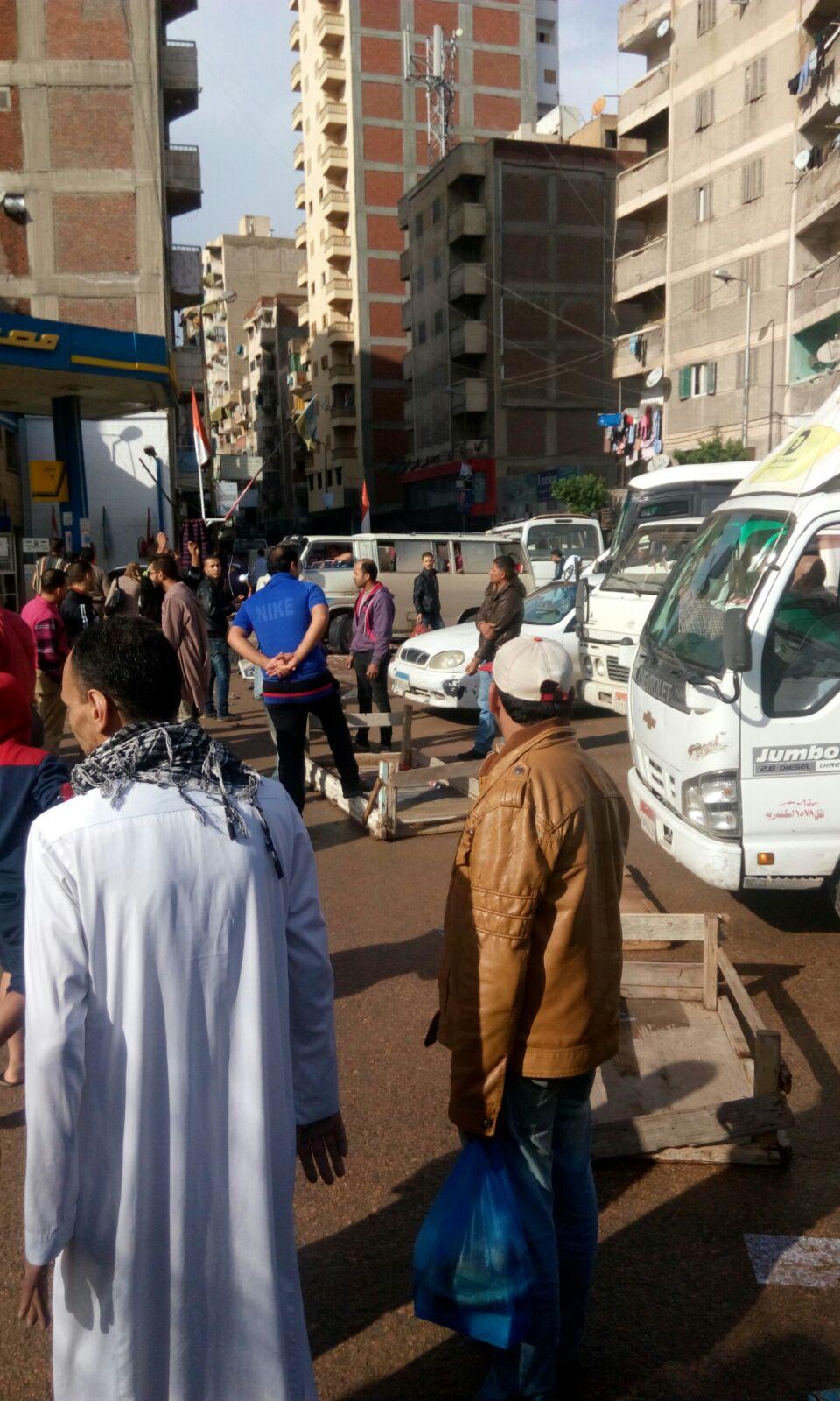بالصور.. مواطنون يقطعون طريقا في الإسكندرية احتجاجًا على دخول الأمطار منازلهم