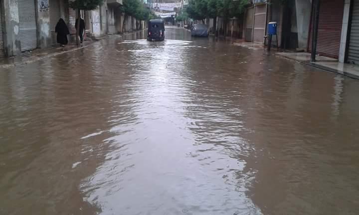 بالصور.. شوارع ومنازل شبراخيت تحت حصار الأمطار والسيول