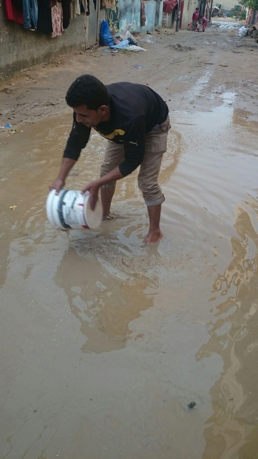 📷| بالصور.. الأمطار تغرق قرية «الكفاح» بالبحيرة.. وتضرب أسقف البيوت
