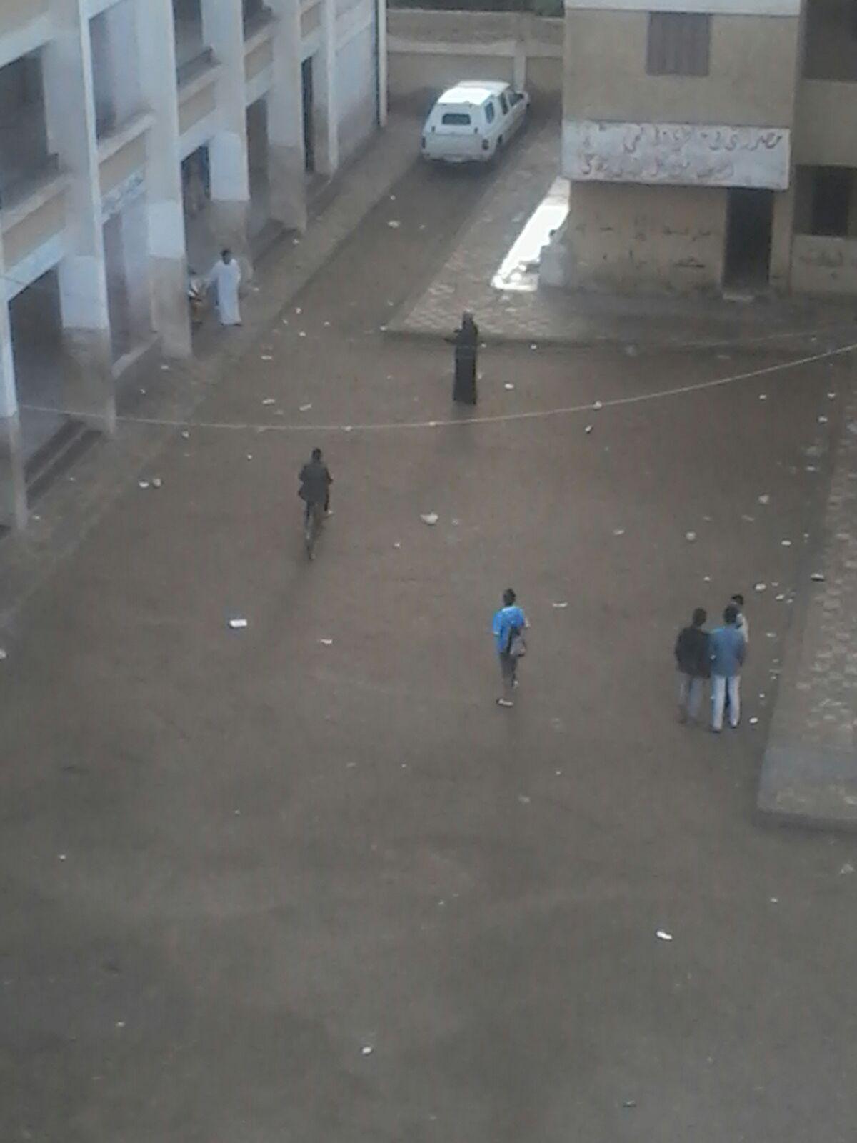 📷| مدرسون بجلابيب ودراجات وسيارات في إحدى مدارس أوسيم بالجيزة