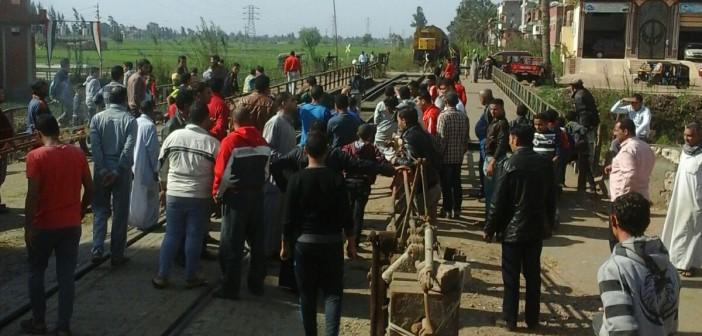 📷| بالصور.. محتجون يوقفون حركة قطارات في الدقهلية بعد دهس أحدها لمواطنين
