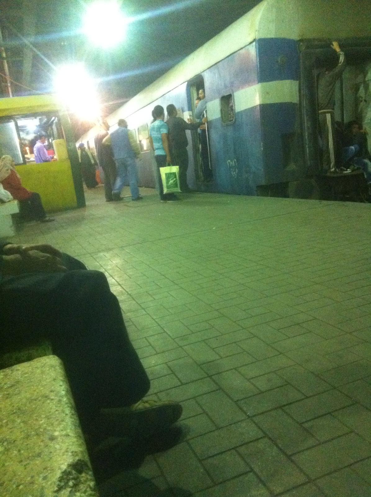 ركاب «قطار الغلابة» من الجيزة لبني سويف يخاطرون بحياتهم