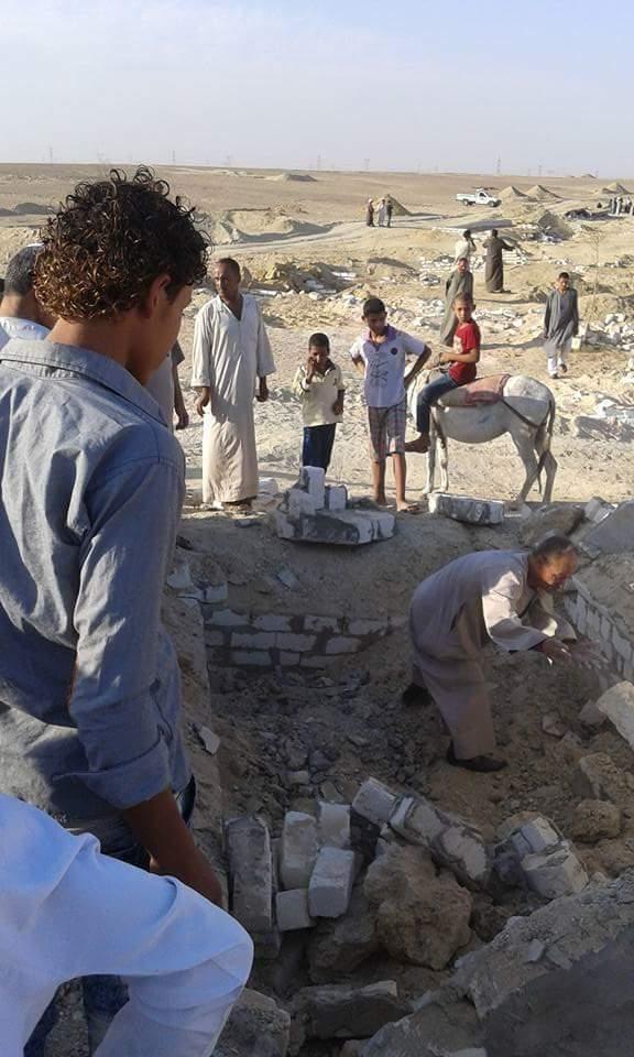 صور.. هدم مقابر قرية في بني سويف.. وظهور جثامين الموتى