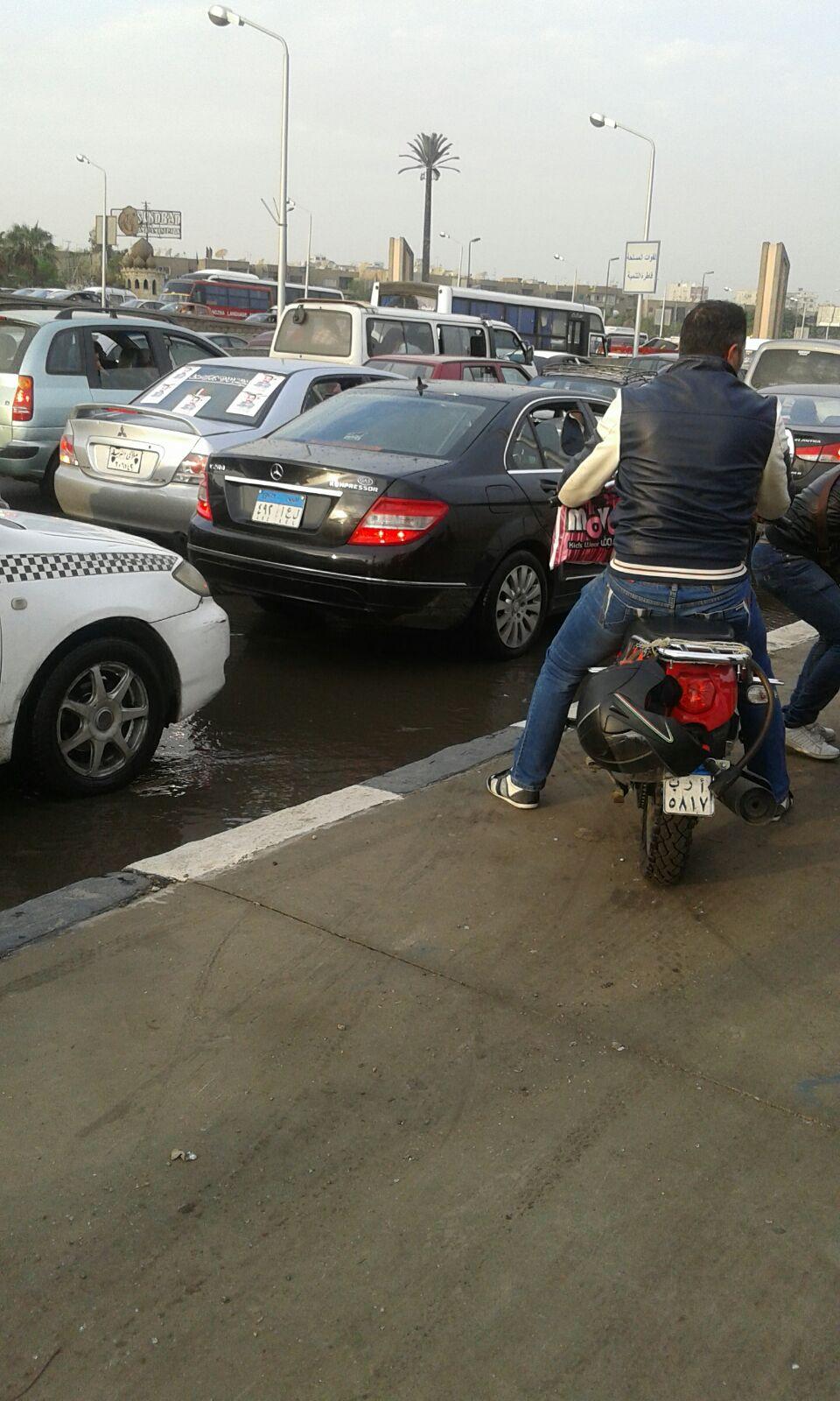 بالصور.. بطء المرور في صلاح سالم في الاتجاهين.. وغرق الطريق بمياه الأمطار