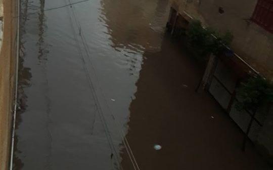بالصور.. مياه السيول والصرف تزيد معاناة مواطني المحمودية بالبحيرة 📷