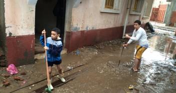 أهالي «كفر غرين» بالبحيرة يواصلون سحب المياه.. ومدرسة القرية غرقت