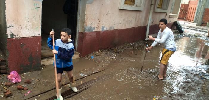 بالصور.. أهالي «كفر غرين» بالبحيرة يواصلون سحب المياه.. ومدرسة القرية غرقت
