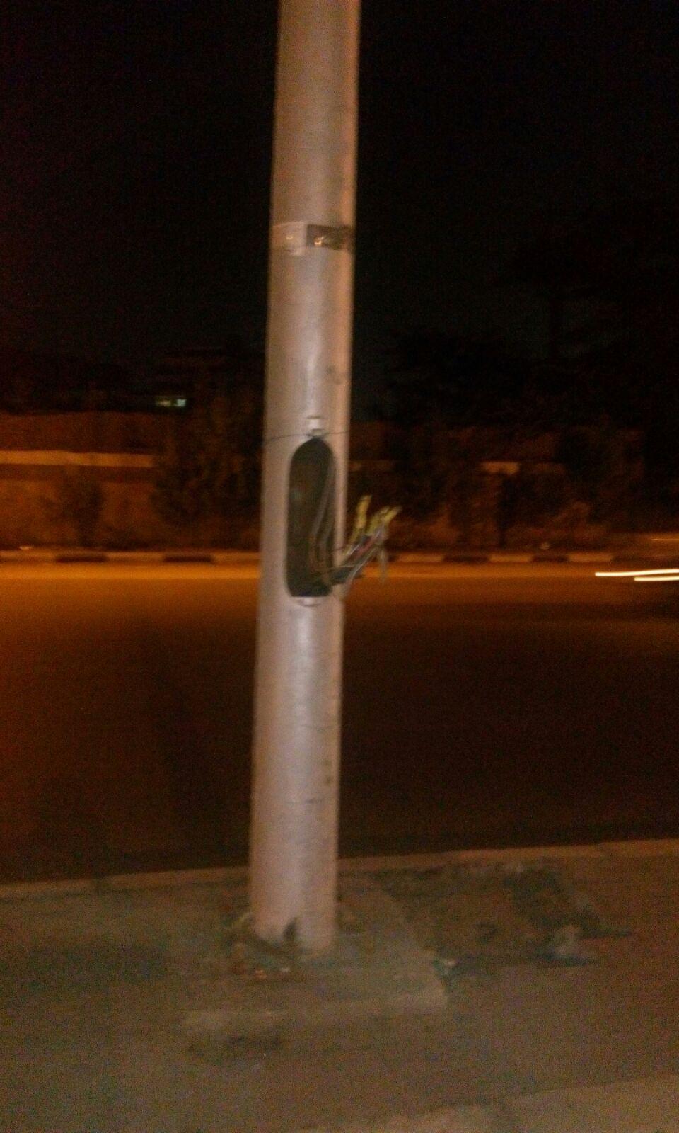 أعمدة إنارة تهدد حياة المواطنين في شارع الهرم