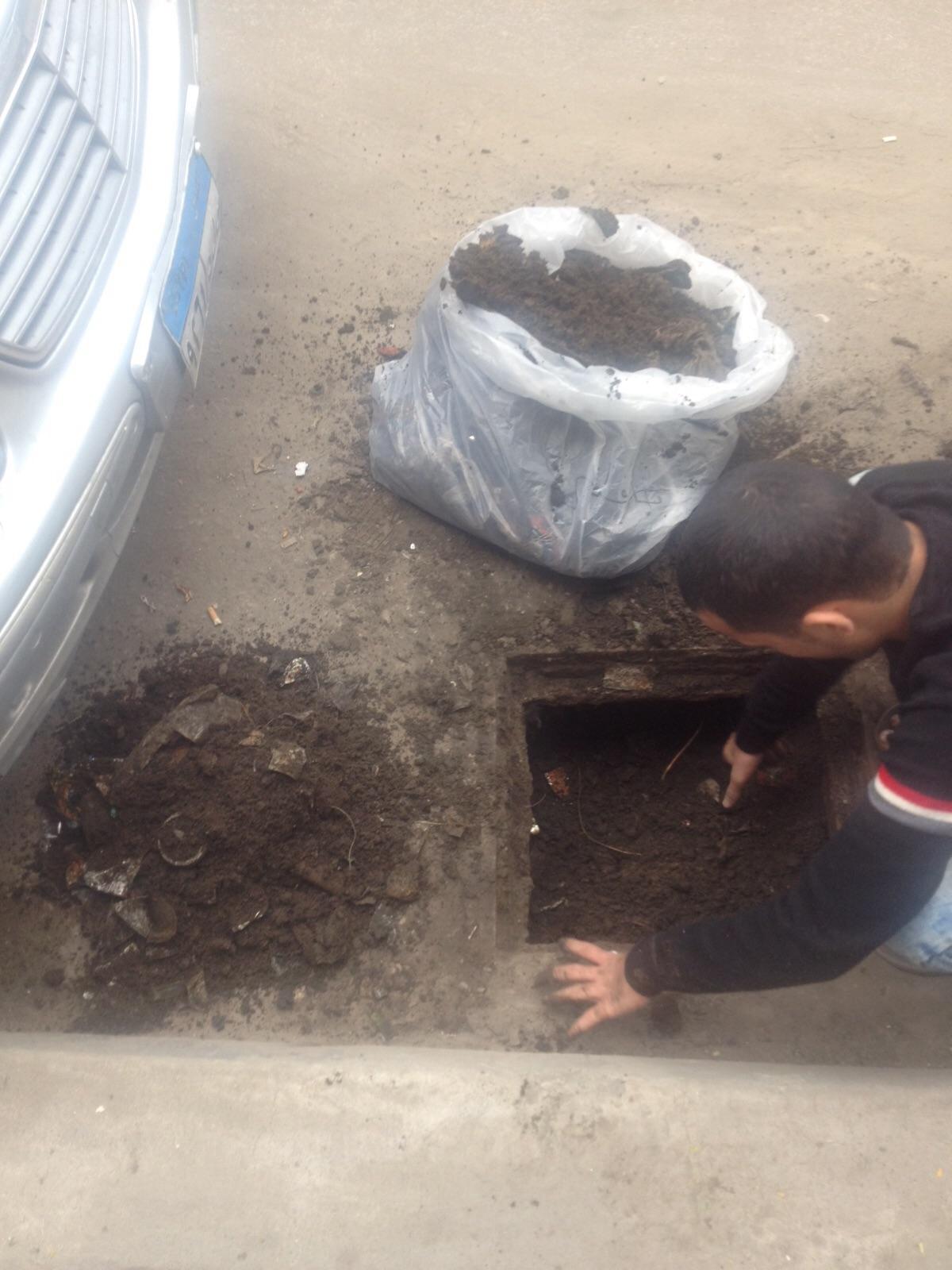«مينا» يبادر بتسليك بلاعات صرف مياه في شارعه بالإسكندرية