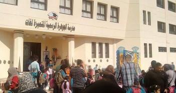 بالصور.. إضراب 80 مُدرسة بإحدى مدارس الغردقة للمطالبة بالتعيين