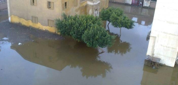 📷| بالصور.. شلل تام بإحدى قرى الغربية بعد غرقها في مياه الأمطار