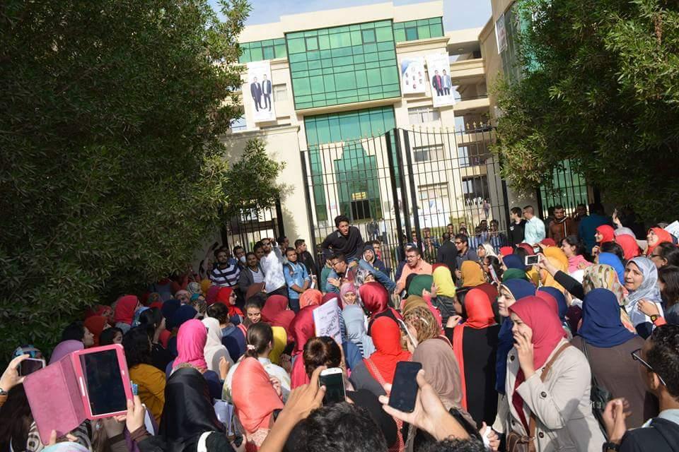 مظاهرات لطلاب جامعة النهضة في بني سويف للاعتراض على سياساتها