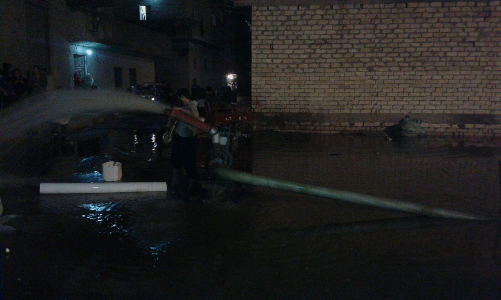 ليل البحيرة يؤنسه صوت ماكينات الري خلال شفط مياه الأمطار من شوارعها (صور)