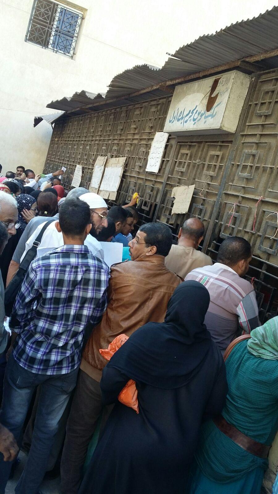 مواطنون لوزير التموين عن زحام مكتب تموين محرم بك: «مكان غير آدمي»