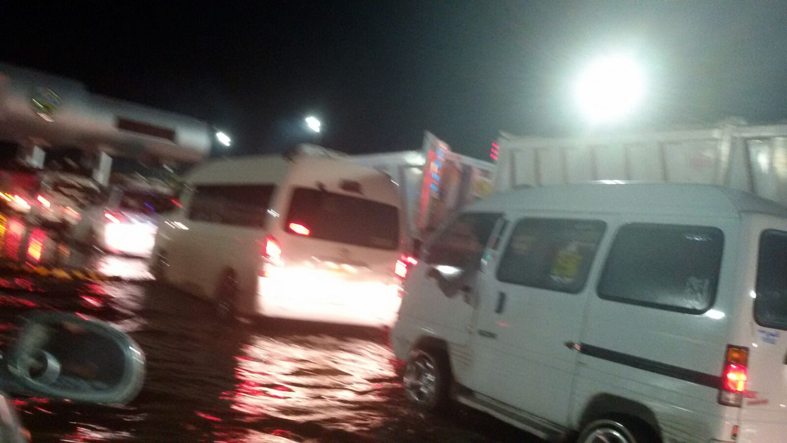 بالصور.. غرق «بوابات إسكندرية» ع الصحراوي.. وبطء حركة المرور