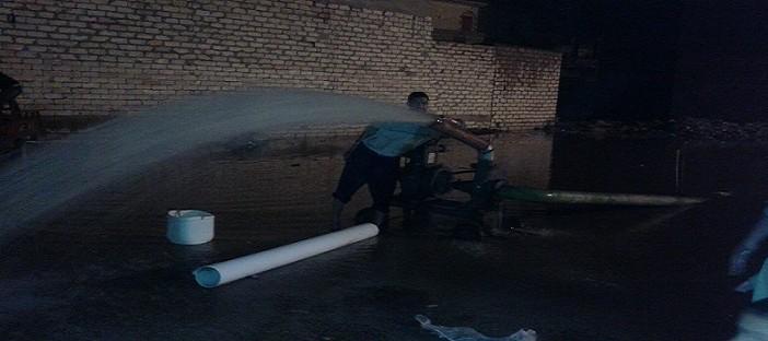 📷 ليل البحيرة تؤنسه ماكينات الري خلال شفط مياه الأمطار (صور)