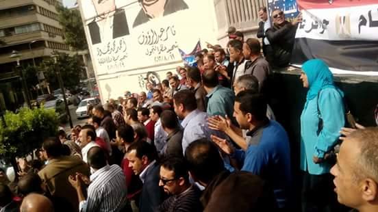 📷| وقفة العاملين بالضرائب على سلم «الصحفيين» لرفض «الخدمة المدنية»