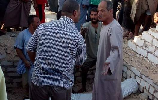 📷| بالصور.. هدم مقابر قرية في بني سويف.. وظهور جثامين الموتى
