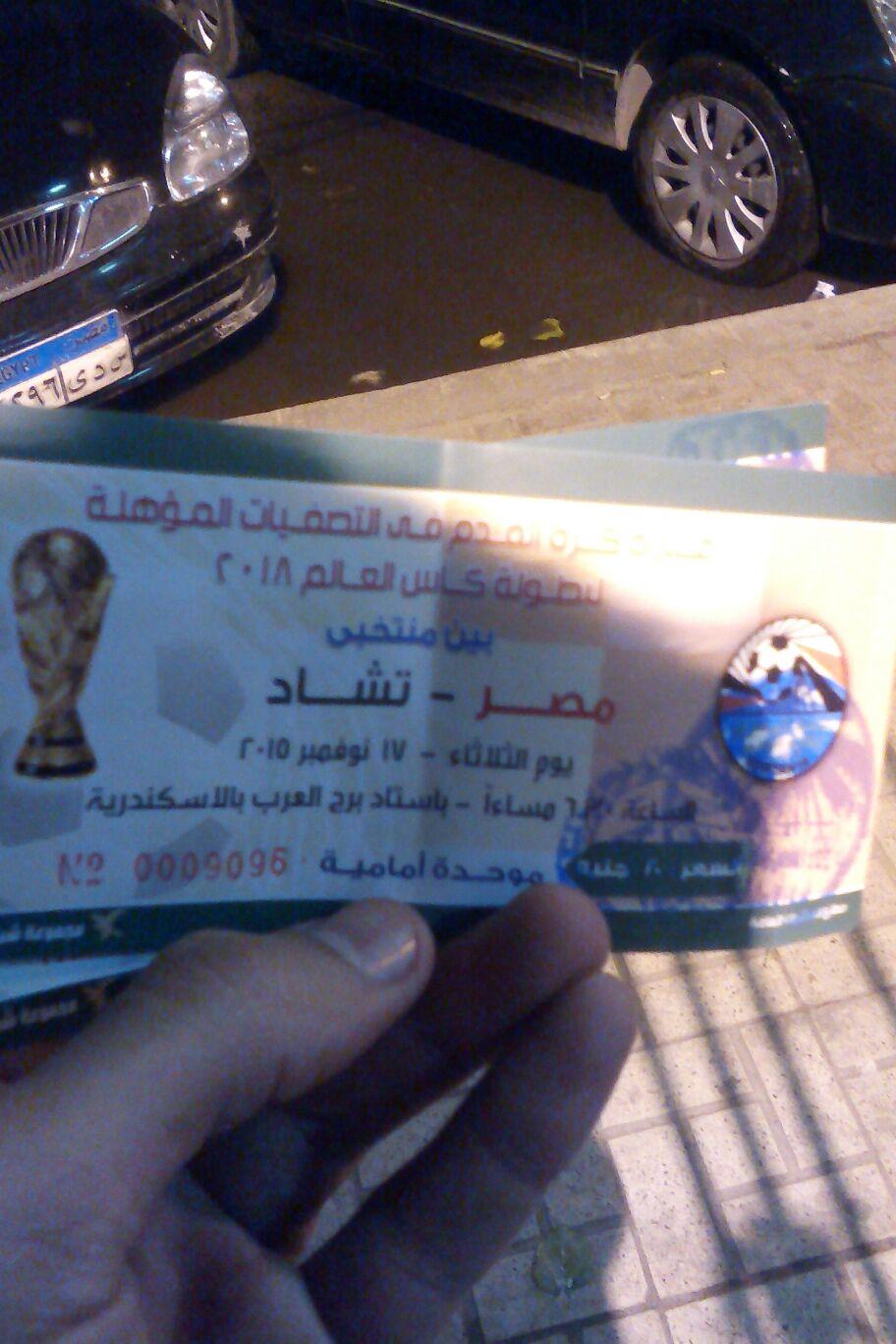 بالصور.. زحام على نادي الاتحاد السكندري.. وقفز على الأسوار للفوز بتذكرة مباراة مصر وتشاد