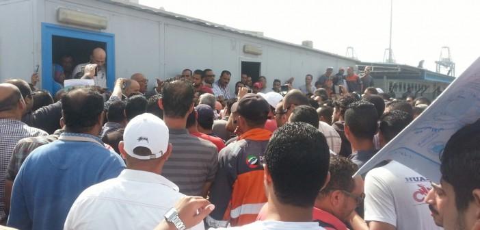 ▶| بالفيديو والصور.. إضراب مئات من مُستخلصي ميناء السخنة احتجاجًا على إجراءات «تُعطل العمل»