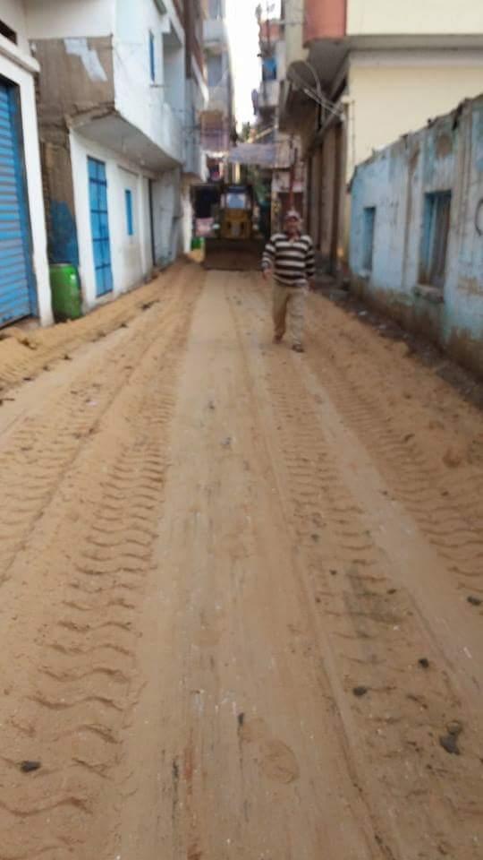 📷| أهالي صان الحجر بالشرقية يلجأون للرمل والزلط في مواجهة الأمطار
