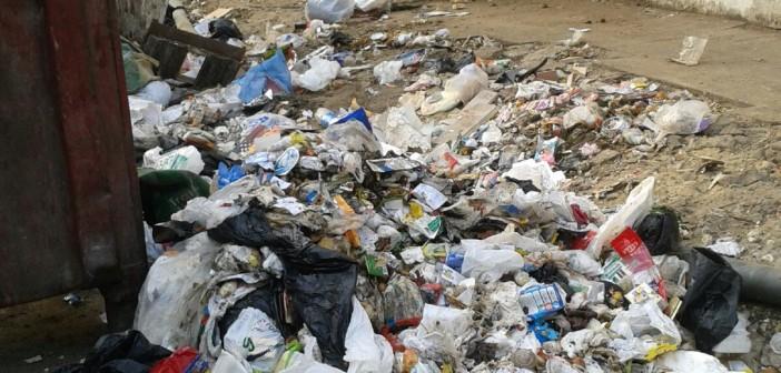📷| تعديات وقمامة على سور المستشفى العسكري وسط تراخي حي المعادي