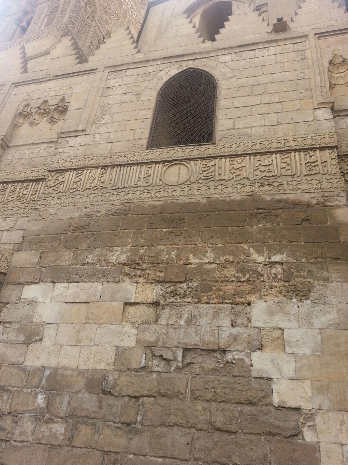 الرطوبة تضرب آثار شارع المعز بالقاهرة.. وتفتت أحجارها