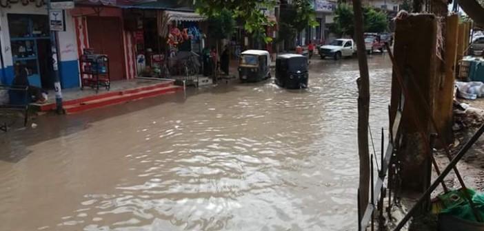 📷| بالصور.. الأمطار تُغرق قرية «الكفاح» بالبحيرة.. وتضرب أسقف البيوت