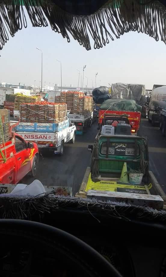 شلل مروري على طريق منفذ الهرم.. وسائق: متوقف من ساعتين بسبب الكارتة