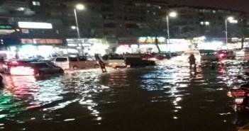 بالصور.. ميدان الحصري بـ 6 أكتوبر يغرق في مياه الأمطار