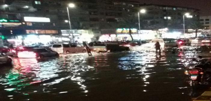 بالصور.. ميدان الحصري بـ 6 أكتوبر يغرق في مياه الأمطار 📷